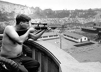 338 0412184132 schindlers listsniper - نقد فیلم Schindler's List (فهرست شیندلر)