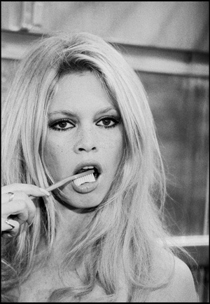 bridgette brushing her teeth d beautiful bb 18728765 436 630 - 10+1 بازیگر زن جذاب تاریخ هالیوود + تصاویر