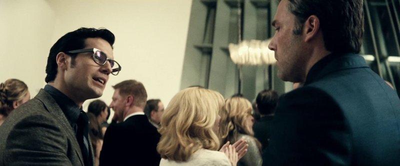 Clark Kent and Bruce Wayne meet for the first time at Luthors party - 12 نکتهای که تا الان دربارهی فیلم «بتمن علیه سوپرمن» می دانیم