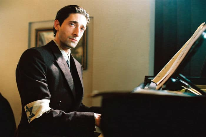 Adrien Brody Pianist w700 - عجیبترین روشهایی که بازیگران برای فرو رفتن در نقش خود بهکار بستند