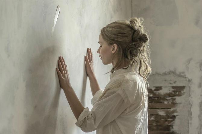 mother ending jennifer lawrence house w700 - ۱۲ فیلم استرس زا و دردناکی که از تماشای آن ها لذت خواهید برد (قسمت اول)