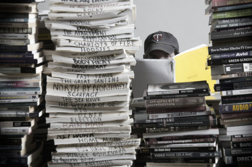 stack of movie scripts 1024x680 881x585 - آموزش اصول سینما: ﺩﺍﺳﺘﺎﻥ ﻓﻴﻠﻢ، ﻓﻴﻠﻤﻨﺎﻣﻪ