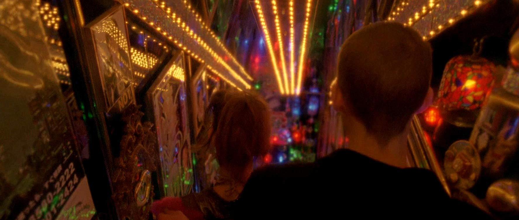 MV5BMDMxODRhNzctZDljNi00NDRiLTljNjAtMjJlYTc0NTQ1OGJkXkEyXkFqcGdeQXVyMjUyNDk2ODc@. V1 SX1777 CR001777755 AL - نقد فیلم Enter the Void (ورود به خلأ)