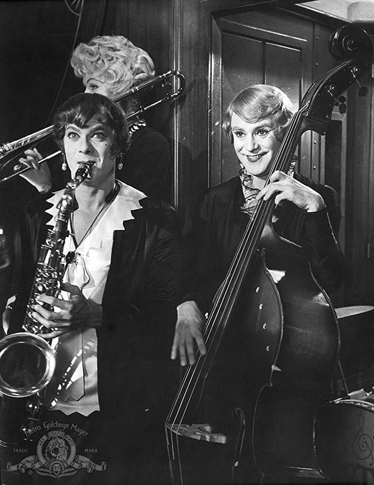 SOME LIKE IT HOTjjjjhgj - 10 فیلم برتر سیاه و سفید کلاسیک تاریخ سینما